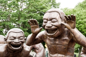 Matthew Grapengieser - Amazing Laughter sculpture by Yue Minjun
